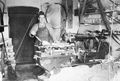 1932 gründete Heinrich Lüffe-Baak ein Sägewerk mit angeschlossener Holzschuhproduktion.