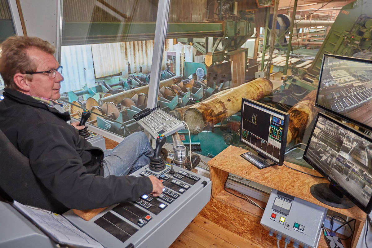 Herbert Hüwe steuert die Entrindung und den Vorschnitt an unserer Blockbandsäge